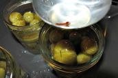 5. Ös i tomaterna i burkar gärna med kryddorna