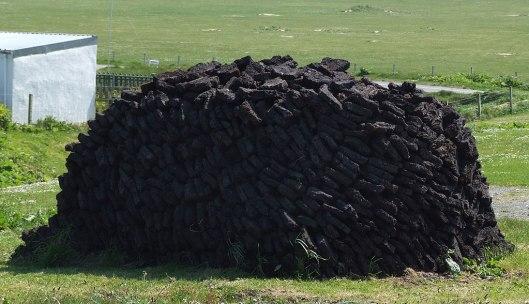 1024px-Peat-Stack_in_Ness,_Outer_Hebrides,_Scotlandtorvstack