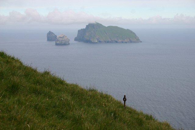 RopingpegSt Kildans brukade klättra ner de rena klipporna för att hämta fulmar kycklingar och ägg. Denna stift, nära de branta klipporna i Conachair, kan ha använts för att föran