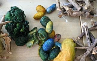 Min idé var att trä in tussarna av silketråden och kokongerna i plockepinnhögen.