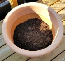 Lecakulor i botten på en bit fiberduk som hindrar kulorna att rinna ut. Hade förberett med jord upp till 1/3.