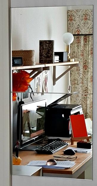 Min bloggplats i spegelperspektiv förstorar rummet