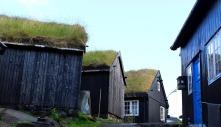 """Svarttjärade unika hus i """"gamla stan"""" i TórshavnBIld av T. Jensen från Pixabay"""